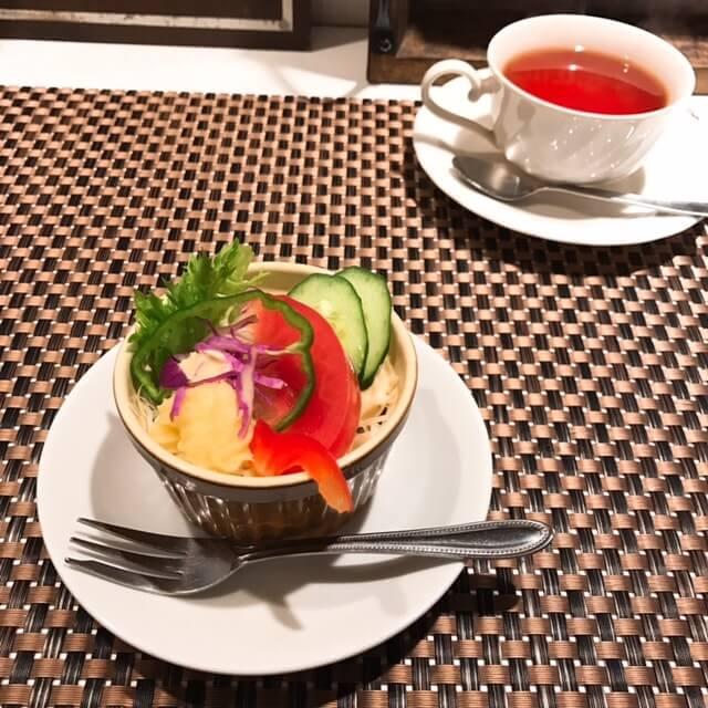 中野アザミ(AZAMI)サラダと紅茶